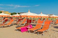 Paraplu's en chaise zitkamers op het strand van Rimini in Italië stock foto's