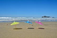 Paraplu's en eiland op de achtergrond Stock Foto's