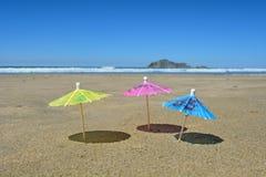 Paraplu's en eilandstrand Royalty-vrije Stock Afbeelding