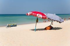 Paraplu's en toeristenrust op Karon-strand, Phuket-eiland Royalty-vrije Stock Fotografie