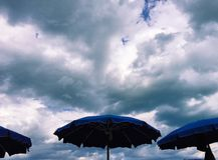 Paraplu's met stormachtige erachter wolken Royalty-vrije Stock Afbeeldingen