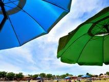 Paraplu's om de de zomerzon te blokkeren royalty-vrije stock fotografie