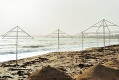 Paraplu's op de de winterkust Royalty-vrije Stock Afbeelding
