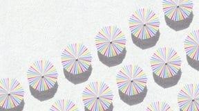 Paraplu's op zand stock afbeeldingen