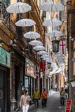 Paraplu's over via Lucolli, in Genua stock fotografie