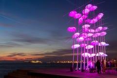 Paraplu's van Thessaloniki, Griekenland Het beeldhouwwerk was verlicht Stock Foto