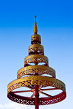 Parapluie à gradins d'or et rouge Photo stock