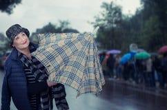 Parapluie actif âgé de plaid d'ouverture de femme Image libre de droits