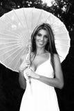 Parapluie blond de sourire de fixation de dame Image libre de droits