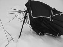 Parapluie cassé dans la neige Images stock