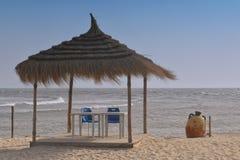 Parapluie, ciel bleu, le soleil La Tunisie, île Djerba photographie stock libre de droits