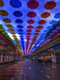 parapluie coloré accrochant dans le ciel admirablement Image libre de droits