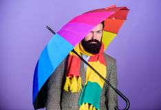 Parapluie coloré de prise barbue de hippie d'homme Il semble pleuvoir Les jours pluvieux peuvent être durs pour obtenir  Préparé  photo stock