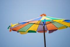Parapluie coloré sur la plage Image stock