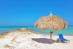Parapluie d'herbe à la plage sur Aruba Photos libres de droits