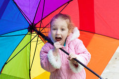 Parapluie de fixation de fille photographie stock libre de droits