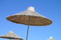 Parapluie de paille dans le ciel Photo stock