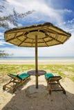 Parapluie de paille sur la plage Photographie stock
