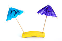 Parapluie de papier pour des cocktails d'isolement Images stock