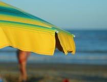 parapluie de plage avec la mer à l'arrière-plan photographie stock libre de droits