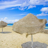 Parapluie de plage avec la vue de ciel bleu photos stock