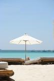 Parapluie de plage blanc Photos libres de droits