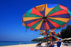 Parapluie de plage clair de ciel Photo stock