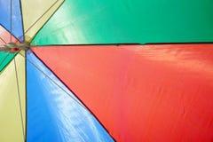 Parapluie de plage color? contre le ciel bleu ensoleill? photographie stock