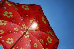 Parapluie de plage contre le ciel bleu Images libres de droits