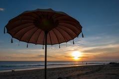 Parapluie de plage de Balinese pendant le coucher du soleil en plage de Chenggu, Bali ISL Photos stock