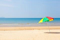 Parapluie de plage de bord de la mer Photographie stock
