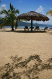 Parapluie de plage de Couvrir de chaume-Toit photo libre de droits
