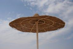 Parapluie de plage en bois Photographie stock