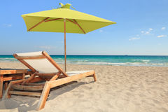 Parapluie de plage et présidence de salon du sud colorés Photos libres de droits