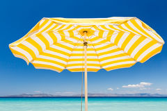 Parapluie de plage jaune Images libres de droits