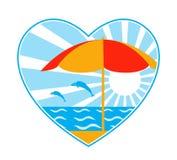 Parapluie de plage, mer, poissons et soleil au coeur Photographie stock libre de droits