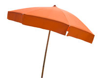 Parapluie de plage orange d'isolement sur le blanc Photographie stock libre de droits