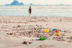 Parapluie de plage rayé blanc sur la plage Photos libres de droits