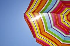 Parapluie de plage un jour d'été Photo stock