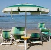 Parapluie de plage vert et blanc Image libre de droits
