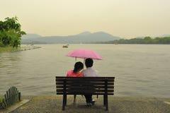 Parapluie de prise de Coulple photos stock