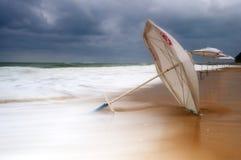 Parapluie de Sun d'isolement sur une plage noyée photo libre de droits