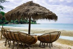 parapluie des roseaux chaise et sofa sur la plage Cambodge photos stock