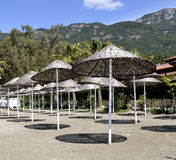 Parapluie en bois de couvre-tapis sur la plage Images stock