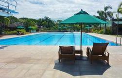 Parapluie et chaise de piscine Photo libre de droits