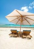 Parapluie et chaises longues de plage Photo libre de droits
