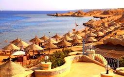 Parapluie et lits pliants sur la plage sablonneuse de la Mer Rouge, EL de Sharm SH Photos stock