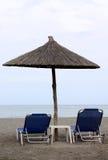 Parapluie et présidences de plage image stock