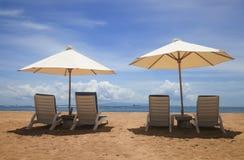Parapluie et sièges par le fond de mer dans Bali Image libre de droits