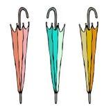 Parapluie fermé coloré différent D'isolement sur un croquis tiré par la main de fond de griffonnage de vintage blanc de bande des Photographie stock libre de droits